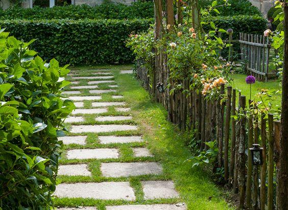 Un pas à pas pour installée une allée de dalles dans le jardin pour s'y déplacer facilement
