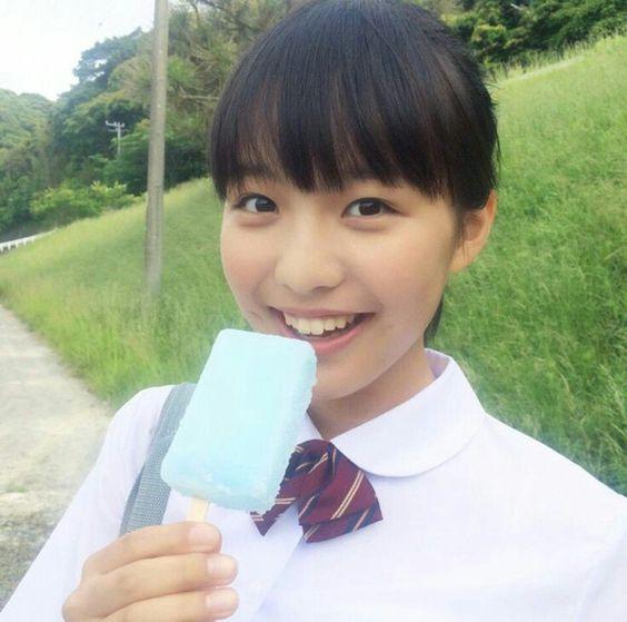 アイスを食べる駒井蓮