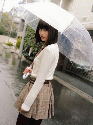 傘をさしている橋本愛