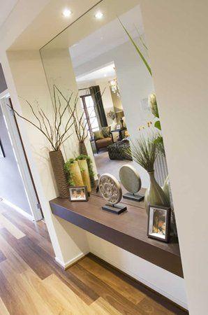 Tablilla flotante con espejo para un recibidor.