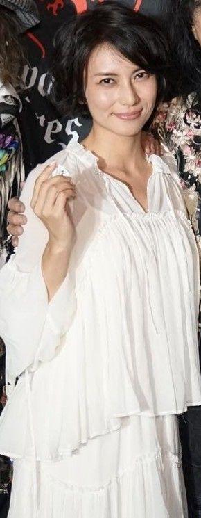 白色洋服の柴咲コウ