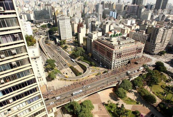 O edifício Alexandre Mackenzie (mais conhecido como Shopping Light, à dir.) está localizado em uma das esquinas mais movimentadas de São Paulo, que une o Viaduto do Chá com a rua Xavier de Toledo. O prédio foi erguido em 1929 para ser sede da empresa de energia Light