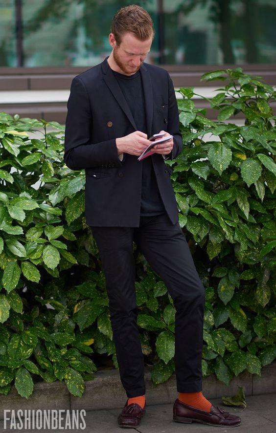 黒ニット×ブラックスーツ