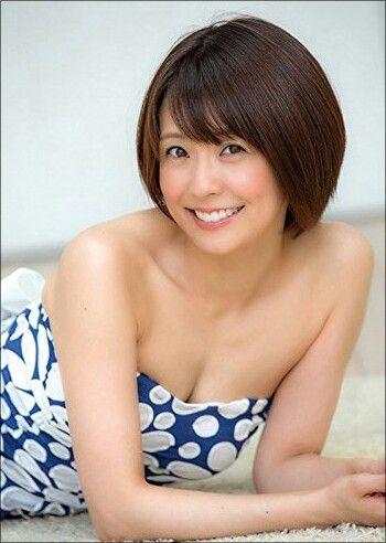小林麻耶若くてかわいいドット柄のワンピース姿