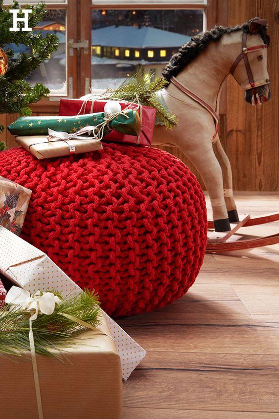 So muss das an Weihnachten aussehen! Ein roter Strick-Pouf auf dem die Geschenke liegen, ein leuchtender Tannenbaum und das Schaukelpferd, das auf seinen Einsatz wartet. #weihnachtsabend #dekoration #weihnachtsbaum