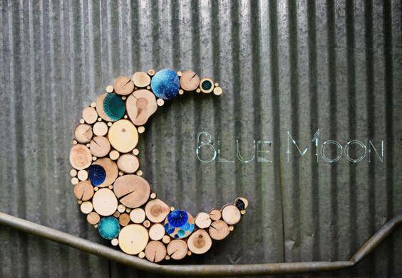 Blue Moon  Größe:  22 breit X 24 1/2 lang   Dieses Stück hat Akzent-Baum-Segmente, die in unterschiedlichen Farben blau und Blaugrün und weiße Punkte bemalt haben. Auch ist jedes gemalte Segment klar gewesen beschichtet, um zusätzlichen Glanz zu geben! Diese Skulptur knallt wirklich!   Abstrakte Holzskulptur aus Hartholz-Baum-Scheiben, die ich von abgestürzten Bäume geschnitten haben gebaut. Wir lieben die abgestürzten Bäume verwandelte sich in Sachen Schönheit statt verworfen oder als…