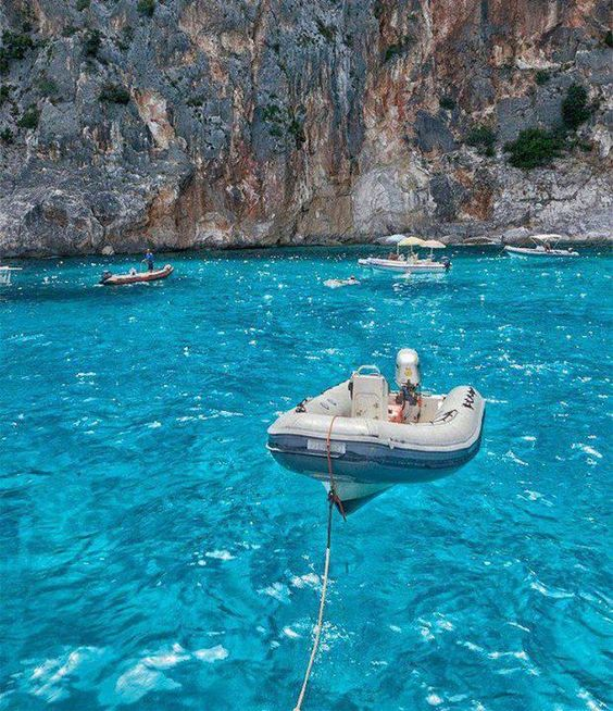 Transparent crystal clear water at cala goloritze for Crystal water piscinas