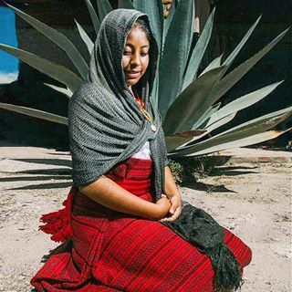 BUENOS DÍAS | Niña oaxaqueña con ropa típica. #subrayadomx #buenosdias #niña #girl #mexicana #mexico #oaxaca #reboso