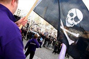 """Die beliebte Website """"Pirate Bay"""" muss gesperrt werden - im Bild: Proteste in Schweden gegen die Verhaftung von Pirate-Bay-Mitarbeitern."""
