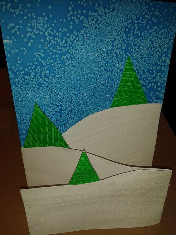 Nieuwjaarsbrief peuters - ecoline met suiker (blauwe achtergrond) - experimenteren met kammen in de verf (groene kerstbomen) - witte verf met suiker voor de witte sneeuw ////// Versje:  liefste mama en papa lief, kijk hier is mijn nieuwjaarsbrief. een brief vol wensen, voor alle grote en kleine mensen. maar natuurlijk ook een dikke zoen, van je lieve kleine kapoen