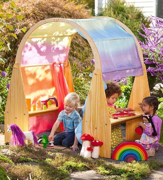 Niños jugando en cabaña de educación Waldorf
