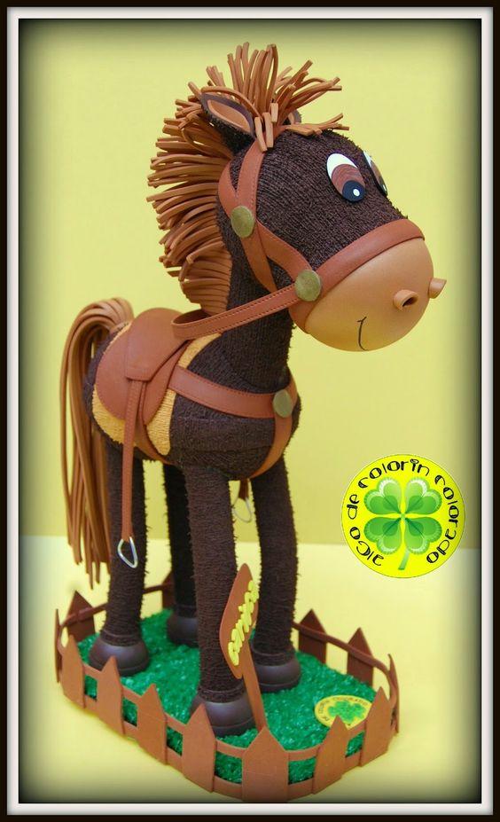 Hoy os presentamos a nuestro simpático Caballo Carioca. Lleva todos los elementos necesarios para poder disfrutar de una buena jornada de equitación. Nos han dicho que su dueña es una apasionada de los caballos, así que esperamos que le haya encantado su Fofu-Carioca.