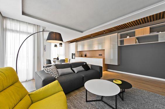 Der helle gelbe Stuhl bietet ein Platzen der Farbe inmitten der Palette von neutralen Tönen, die das Zuhause ausfüllen. Es ist eine Farbe, die im subtilen Instanzen im gesamten zurückgibt. Volle Höhe Fenster, beschattet von Gardinen hier bieten eine Fülle von natürlichem Licht.
