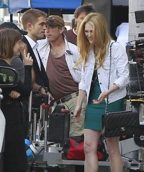 Rob with Julianne Moore on MTTS set 8-18-13 (21)