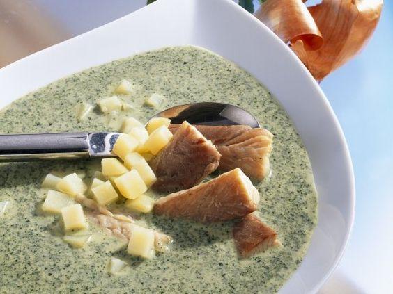 Grünkohlsuppe mit Räucheraal und Kartoffeln | http://eatsmarter.de/rezepte/gruenkohlsuppe-mit-raeucheraal-und-kartoffeln