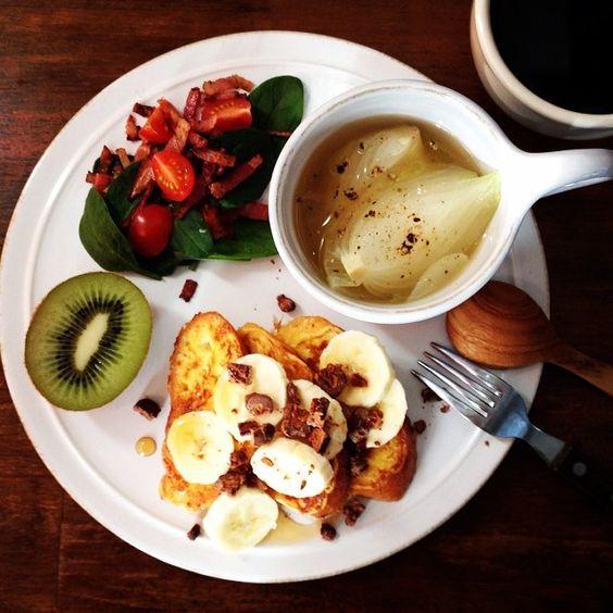 Instagram media keiyamazaki - Today's breakfast. French toast, Onion soup. 新玉ねぎのスープ、フレンチトースト。フレンチトーストの上には、昨日カメラ機材のイタリアのメーカー、Manfrottoの日本支社の方が展示会に来てくださっておみやげにもらった、キャラメリゼしたピーカンナッツをヘーゼルナッツとココアで包んだっていうおしゃれ&おいしいやつ。