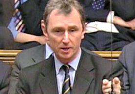 5-May-2013 8:36 - BRITS POLITICUS VERDACHT VAN ONTUCHT. De Britse conservatieve partij is in verlegenheid gebracht door één van zn belangrijkste parlementsleden: Nigel Evans, tweede woordvoerder van de partij in het Lagerhuis, is aangehouden wegens aanranding en verkrachting. De afgelopen vier jaar zou Evans twee mannen van begin twintig hebben misbruikt, zo meldt de BBC. De politicus is na langdurig verhoor op borgtocht vrijgelaten. Volgens de BBC is de Britse premier Cameron door de...