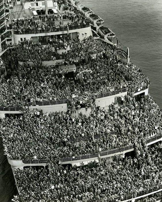 Cette impressionnante photo montre les soldats américains occupant tout l'espace des ponts du paquebot Queen Elizabeth lors de leur retour à New York après la fin de la seconde Guerre Mondiale.
