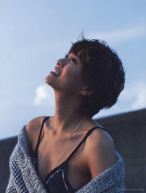 榮倉奈々水着姿で空を見上げる画像