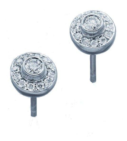 Los pendientes Modelo INKA son unos pendientes de diseño orlado, fabricados en Oro de Primera Ley, blanco o amarillo. Están compuestos por diamantes de talla brillante, engastados en micro-garras, con un diamante central y una orla de diamantes alrededor de éste. Es una joya de diamantes elegante y perfecta, perfecta tanto para lucir a diario, como para una ocasión especial.