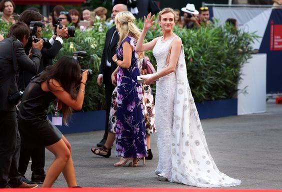 Enquanto o aquecimento do Festival de Veneza rolou nesse post aqui com a soberana Diane Kruger, agora vamos ao apanhado do dia 1 e fiquem ligados que teremos a cobertura completa até o dia 12/09! Vejamos quem deu pinta por lá hoje. Elizabeth Banks também é jurada do evento e sou fã dela, a atriz …