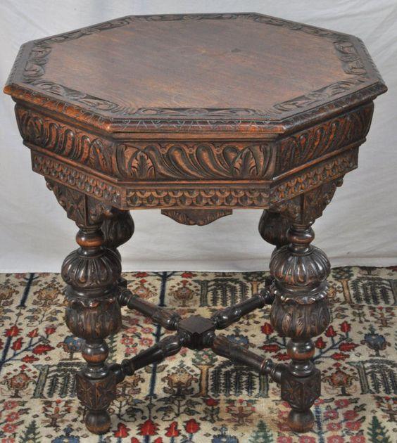 Een achthoekig tafeltje van gesculpteerd eikenhout in Renaissancestijl.