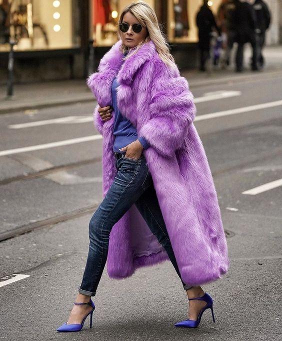 Mujer con abrigo de piel falsa en púrpura