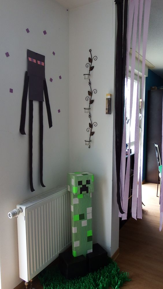 Endermanand a creeper in the grass