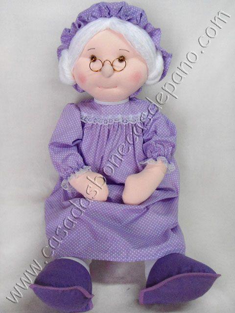 Vovó medindo aproximadamente 60cm de altura, confeccionada em tecido. Informações e vendas: www.casadasbonecasdepano.com/loja