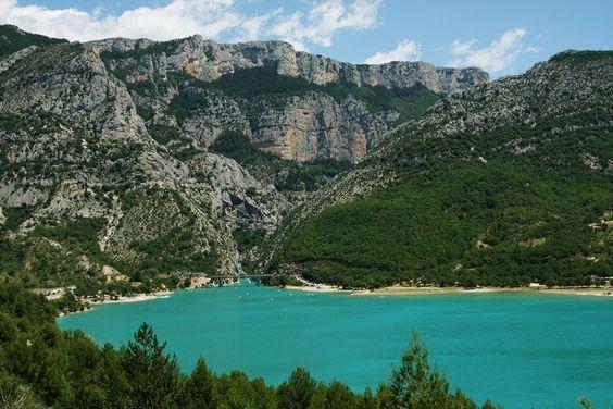 Le lac de Sainte-Croix : Les lieux mythiques de la Provence - Au pied des gorges, au cœur de la Provence, le lac de Sainte-Croix étale ses magnifiques couleurs sur près de 2 200 hectares. Vous pourrez y pratiquer la voile, la planche à voile, le catamaran, la pêche, le pédalo, le canoë kayak...  ©  Gilbert Abismil