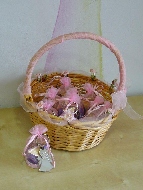 Montaje llavero para señora c/bolsita de organza y bombones en cesta decorada