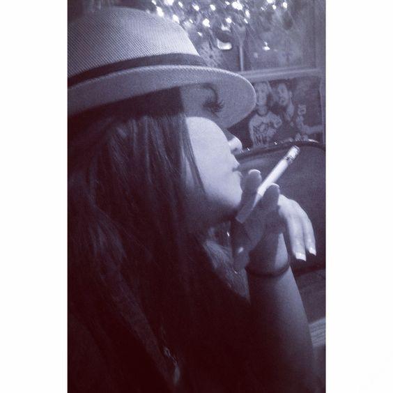 Je fume, boire du café, du vin de l'amour et parle français couramment. typique