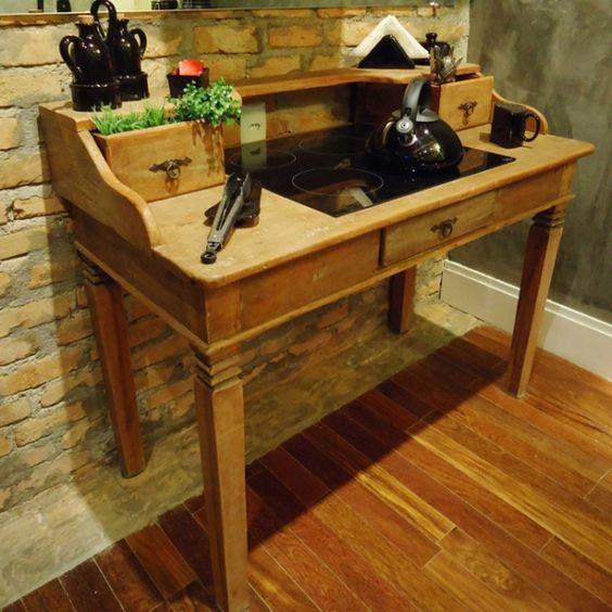 Cooktop na mesa antiga.