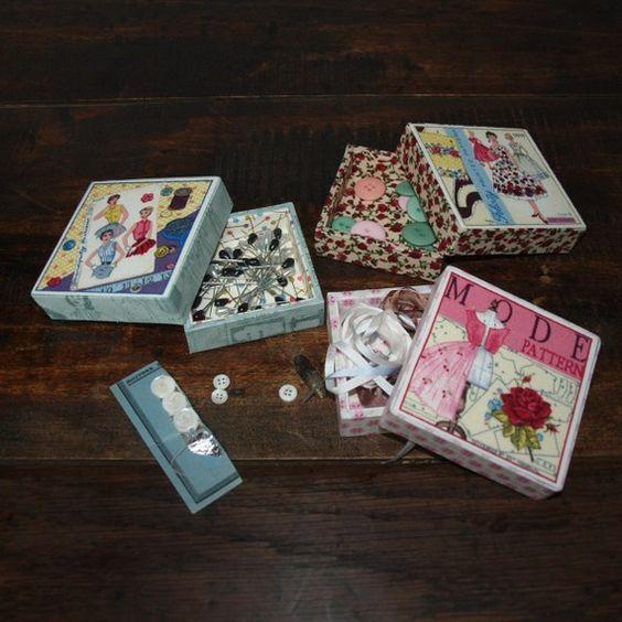 """Boîte carrée """"Couture""""  : rangez vos épingles,boutons..Dimensions : Longueur 8 cm Largeur 8 cm Hauteur 2, 5 cm ."""