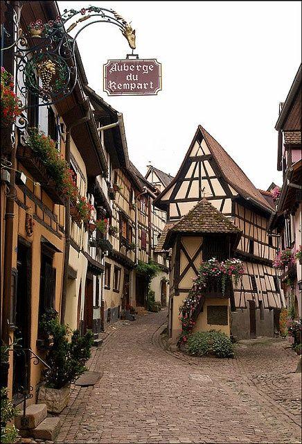 ヨーロッパの石畳に同じデザインの建物が並ぶ街並み