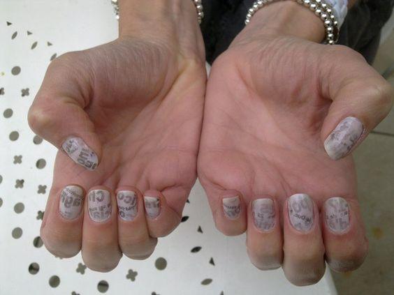 sur les ongles de ma soeur, avec les petites annonces du Bien Public ( quotidien de Dijon )
