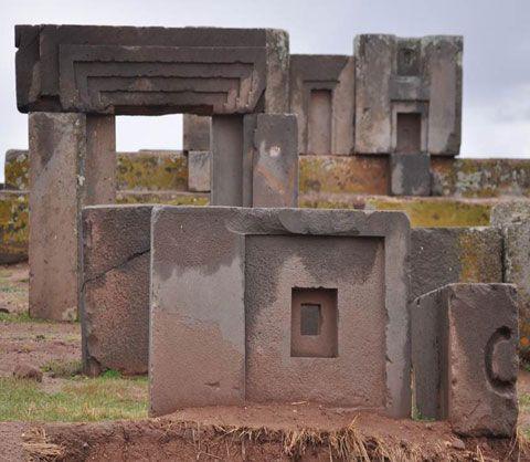 Puma Punku, las ruinas inexplicables.    Imagen cortesía de reydekish.com  Puma Punku, en Aimara significa La Puerta del Puma, es un complejo ceremonial situado cerca del gran lago Titicaca y parece ser una extensión de la antigua ciudad de Tiahuanaco.El principal problema que se han encontrado todos
