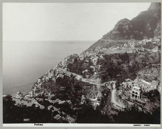 Giorgio Sommer | Positano, Giorgio Sommer, , c. 1888 - c. 1903 | Uitzicht over de berg waarop de stad Positano is gelegen aan de kust van Amalfi.