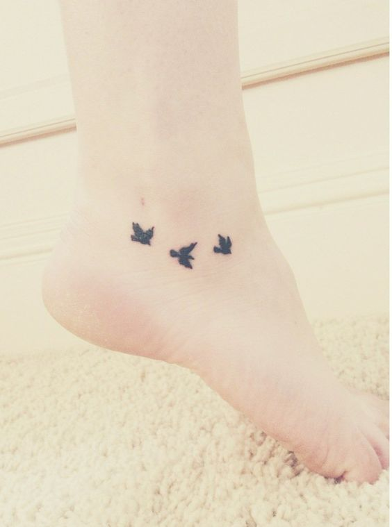 petit tatouage - des oiseaux en vol sur la cheville