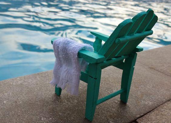 Trago uma das coisas que mais adoro fazer como hobby: miniaturas. Há muito tempo vejo mini cadeiras de balanço feitas com pregadores de roupas, mas o meu desejo era fazê-las iguais as cadeiras de praias ou jardins americanas, então este foi o meu desafio