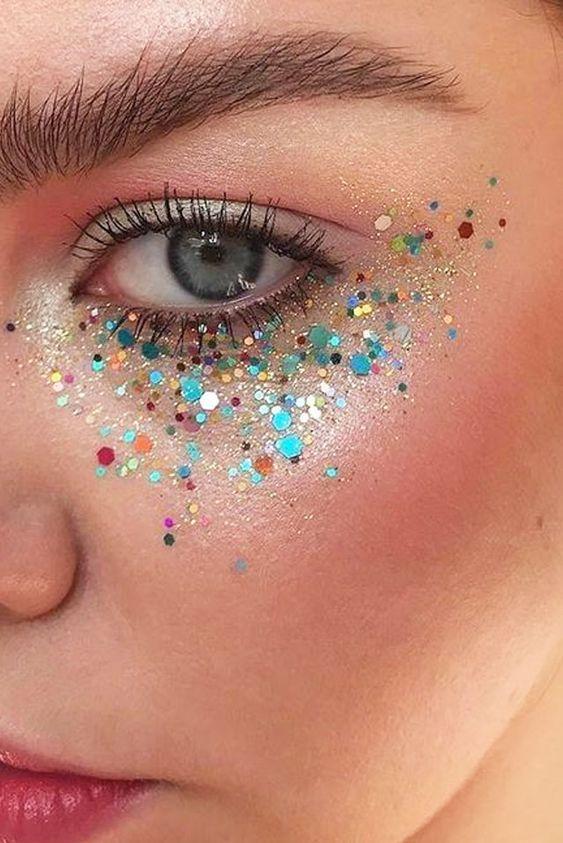 Ideias de Maquiagem Carnaval 2019: makes com glitter, makes simples, maquiagem para carnaval de bloco, maquiagem de Carnaval para pele negra, pele asiática e pele branca, maquiagem com brilho...