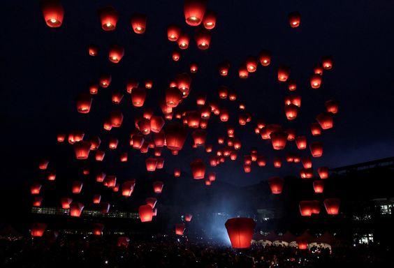 BUENA SEÑAL. Cientos de personas liberan linternas del cielo en la tradicional Fiesta de los Faroles de China en Pingxi, New Taipei City , el 27 febrero de 2015. Los creyentes se reunieron para lanzar...