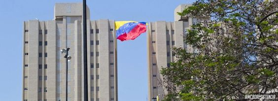 Bandera colocada entre dos edificios de algún lugar de Maracaibo pic.twitter.com/9AQ3tb1CmI