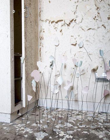 Blooming Magazine. De pasteltinten komen hier weer terug, waar ik een voorkeur voor heb. Daarnaast vind ik het een tof idee dat ze de afgebladderde stukken behang hebben hergebruikt en dit als kunst hebben tentoongesteld.