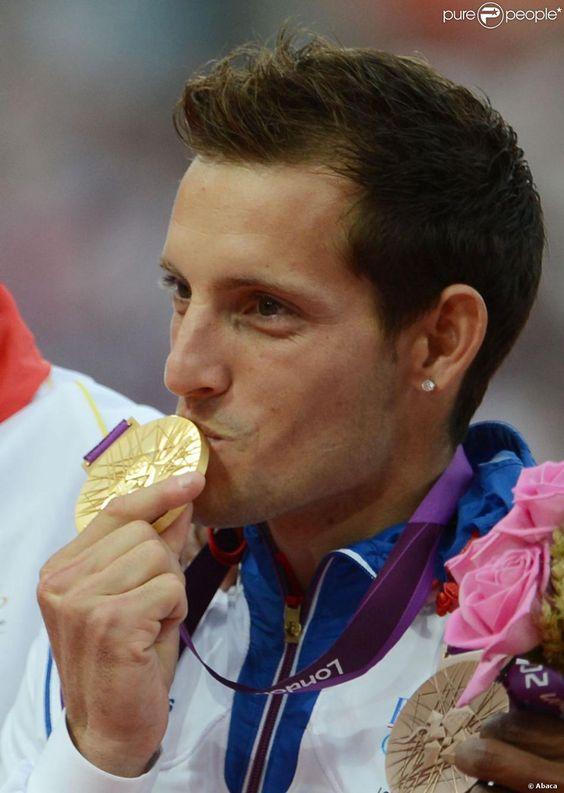 Renaud Lavillenie a reçu le 11 août 2012 aux JO de Londres sa médaille…