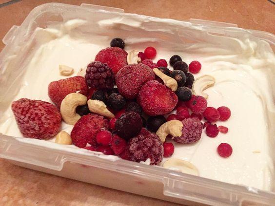 Quark mit Beeren und cashews  #dakönnteichmichreinlegen #lowcarb #fitdurch2015 #foodporn #healthyfood #bootcampguide #teambodylove by chantal94xoxo