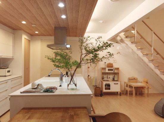 下がり天井が空間を仕切るキッチン Mariagramさんのキッチンを探索 一条工務店 スマートキッチン ワイドカウンター スマート キッチン リビング キッチン インテリアアイデア