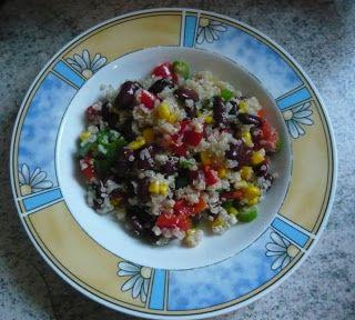 Jessi macht bei Roses Kochbuchchallenge mit. Hier seht ihr einen Quinoa-Bohnen-Salat.