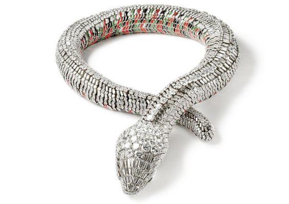 Otra muy famosa serpiente, este collar totalmente articulado, con brillantes y ojos de esmeraldas diseñado en 1968 por Cartier. Fué un impactante modelo encargo de la actriz mexicana María Félix.