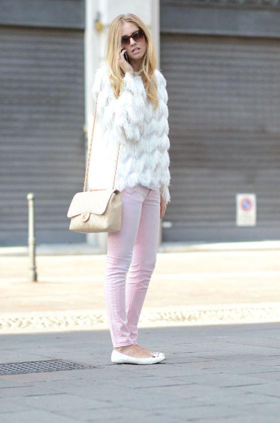 não sei o que é mais lindo nesse look! calça rosinha, a blusa cheia de textura, a chanel creme ou a sapatilha marc jacobs?